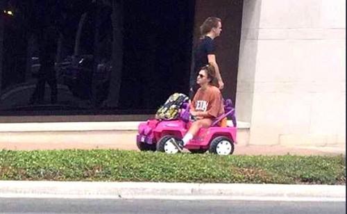 Tara dans sa voiture électrique pour enfant