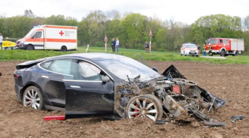 crash d'une voiture électrique tesla en allemagne